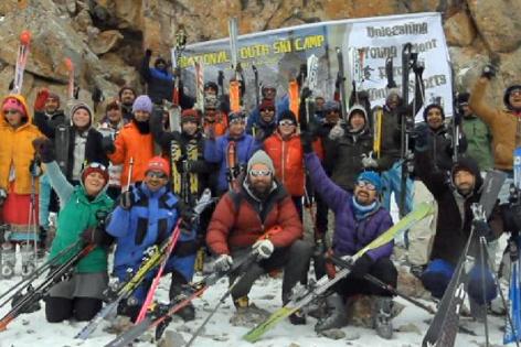 Junge Pakistani lernen Skifahren mit Stephan Keck und Andreas Ehrensberger