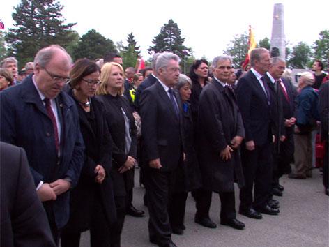 Regierungsvertreter bei der Gedenkfeier im KZ Mauthausen