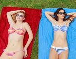 Zwei junge Frauen im Bikini sonnen sich