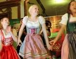 Frauen im Dirndl tanzen