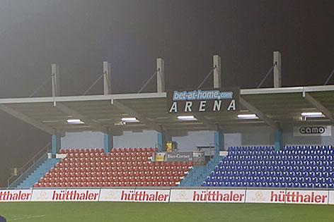 Tribüne des Fußballstadions in Schwanenstadt