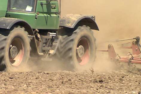 Trockenheit Traktor Feld Staub