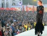 """Ein Model anlässlich der Show """"Fashion for Europe"""" im Rahmen der Eröffnung des Eurovision Village auf dem Rathausplatz"""