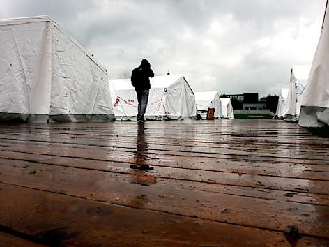Holzstege bei Zelten