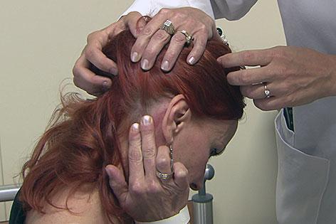 Migränepatienten bei Untersuchung