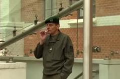 Soldat beim Rauchen