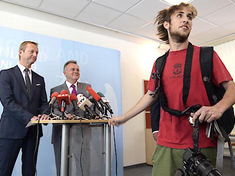 Johann Tschürtz und Hans Niessl werden bei einer Pressekonferenz von einem Demonstranten unterbrochen