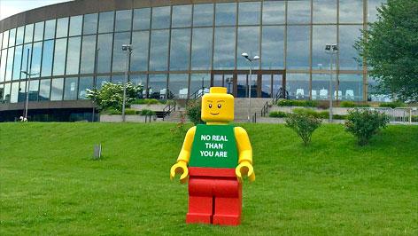 LEGO-Mann vor dem Linzer Brucknerhaus