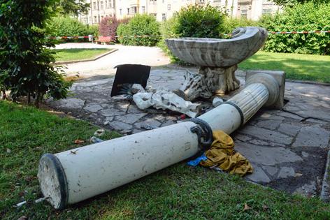 Umgestürzte Säule beim Brunnen im Waltherpark