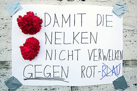 Schriftzug gegen SPÖ-FPÖ-Koalition im Burgenland auf der Parteizentrale der SPÖ