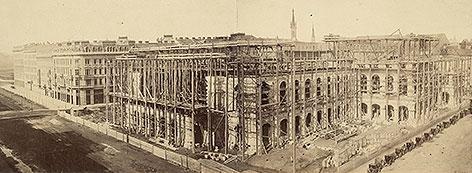 Der Bau der Hofoper an der Wiener Ringstraße, aufgenommen 1865