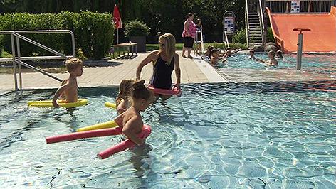 Kinder Bei Schwimmkurs Im Freibad Siegendorf