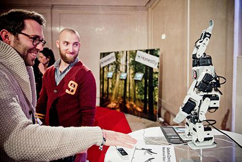 Gründer stehen vor Roboter