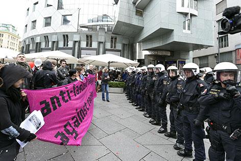 Polizisten bei Demonstration in der Wiener Innenstadt