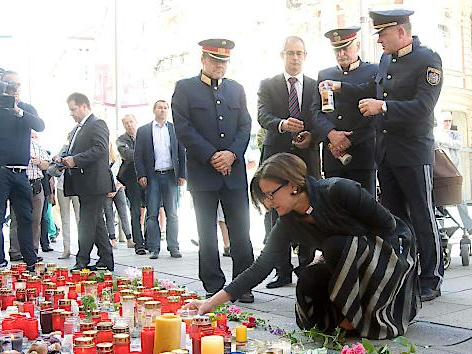 Innenministerin Johanna Mikl-Leitner zündet Kerze an