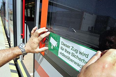 Aufkleber zu Videoüberwachung an U-Bahn-Zug