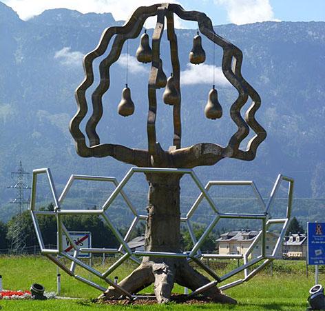 Skulptur des Walser Birnbaums auf dem Kreisverkehr in Wals-Himmelreich