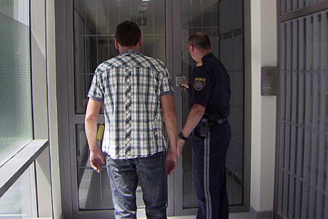 Häftling wird in die Justizanstalt Puch Urstein bei Salzburg gebracht