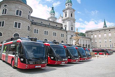 Neue Obusse auf dem Residenzplatz in der Salzburger Altstadt