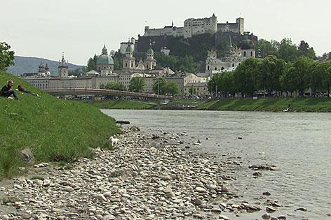 Die Salzach in der Altstadt von Salzburg mit Blick auf die Festung