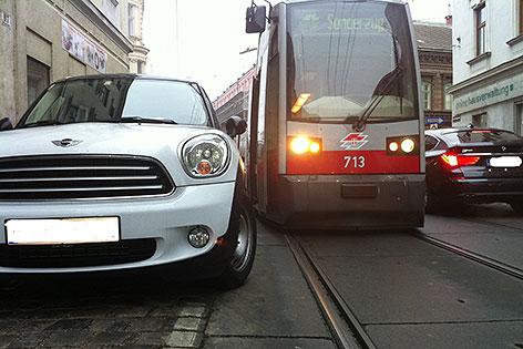 Falschparker behindert Straßenbahn