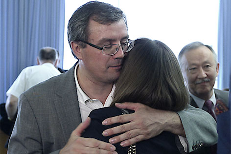 Koschljak umarmt seine Frau, im Hintergrund Mussajew