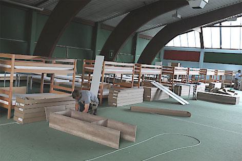 Betten für Flüchtlinge in der Tennishalle