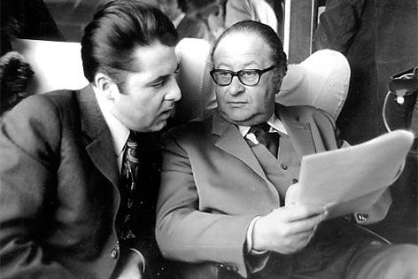 Heinz Fischer (l.) und Bruno Kreisky im Zug auf einer Wahlkampfreise Richtung Westen, ca. 1970.