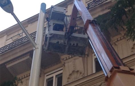 Letzte Arbeiten bei der Mariahilfer Straße: Laternen werden nneu gestrichen