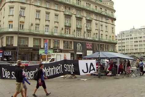 Protest für bessere Flüchtlingsbetreuung vor der Wiener Staatsoper