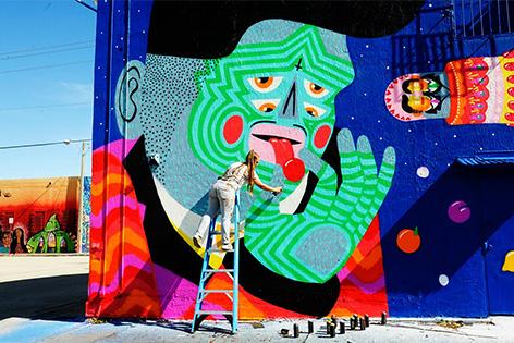 """Das Graffiti und Street Art Festival """"Calle Libre"""" in Wien. Im Bild: DieKünstlerin KASHINK bei der Arbeit"""