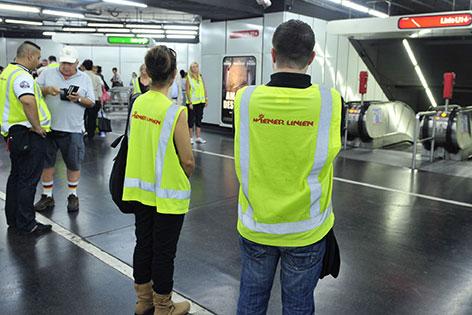 Kontrollore der Wiener Linien bei Fahrscheinkontrolle in der U-Bahn-Station Schwedenplatz