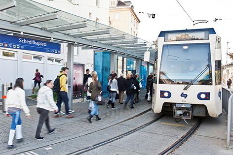 Badner Bahn in der Haltestelle Schedifkaplatz