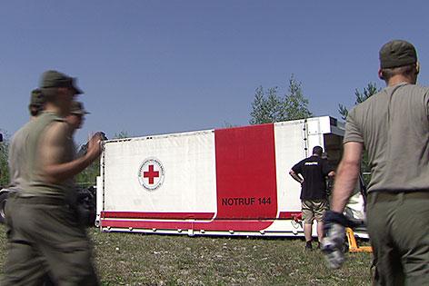Container des Roten Kreuzes mit Soldaten