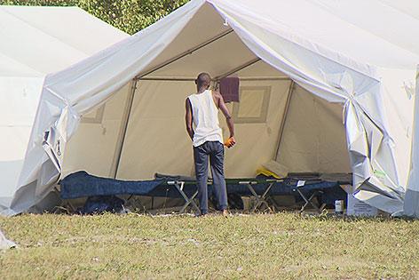 Zelte des Flüchtlingslagers in der Schwarzenbergkaserne in Wals-Siezenheim