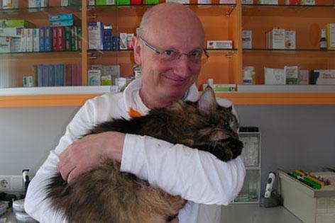 Tierarzt Gebhard Anker mit Katze