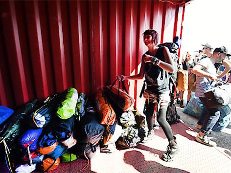Besucher des Frequency 2015 Festivals spenden in St. Pölten bei der Abreise Zelte, Decken und ISO-Matten für die Asylwerber in Traiskirchen.