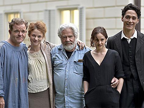 Regisseur Dieter Berner (M) und die Schauspieler Noah Saavedra, Maresi Riegner, Cornelius Obonya und Valerie Pachner bei den Dreharbeiten in der Klimt-Villa
