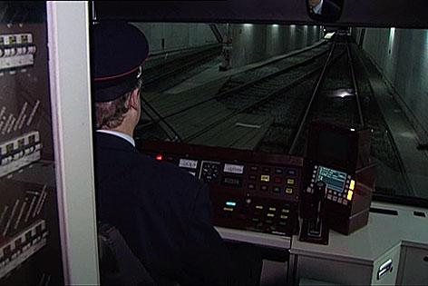 Führerstand einer Lokalbahn bei der Einfahrt in die unterirdische Station beim Salzburger Hauptbahnhof