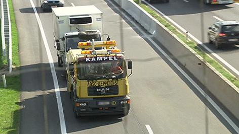 Schlepper-Lkw wird abtransportiert