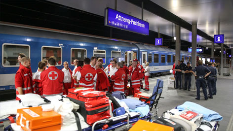 Helfer am Bahnhof Attnang-Puchheim