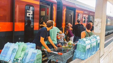 Helfer am Bahnhof Linz
