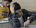 Flüchtlingskinder an Schulbänken im Klassenzimmer