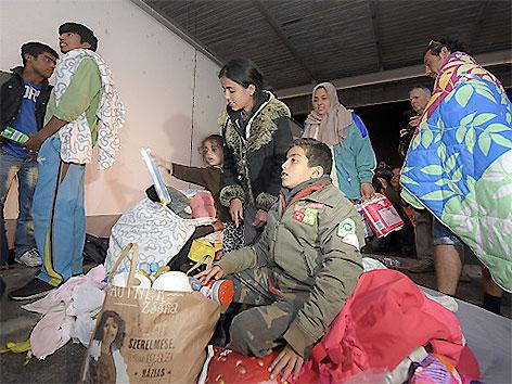 Flüchtlinge bei der Erstversorgung in Nickelsdorf
