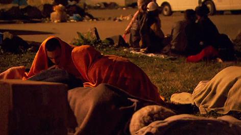 Flüchtlinge verbringen Nacht in Nickelsdorf