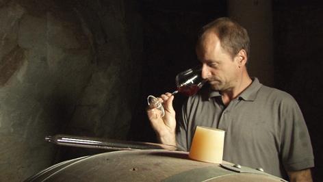 Mann verkostet Wein