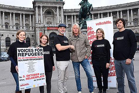 Volkshilfe-Direktor Erich Fenninger und Nova Music Geschäftsführer Ewald Tatar am Heldenplatz
