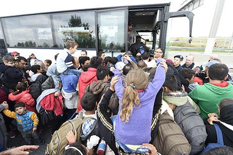 Flüchtlinge drängen sich vor Bus nach Wien