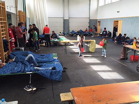 Flüchtlinge, die im Südburgenland in einer Turnhalle untergebracht sind