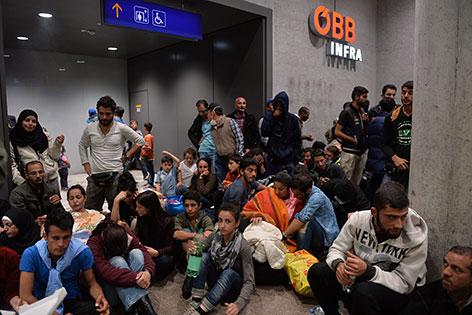 Wartende Flüchtlinge am Salzburger Hauptbahnhof